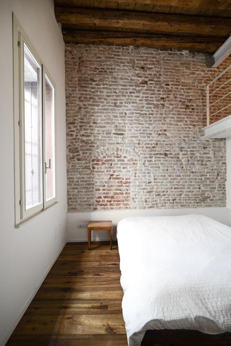 Mide architetti da ex ufficio a casa in centro storico for Parete attrezzata camera da letto
