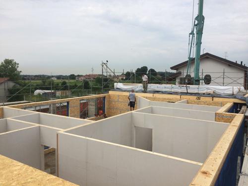 Blm domus in due giorni dalle fondamenta al tetto for Piccola casa costruita su fondamenta