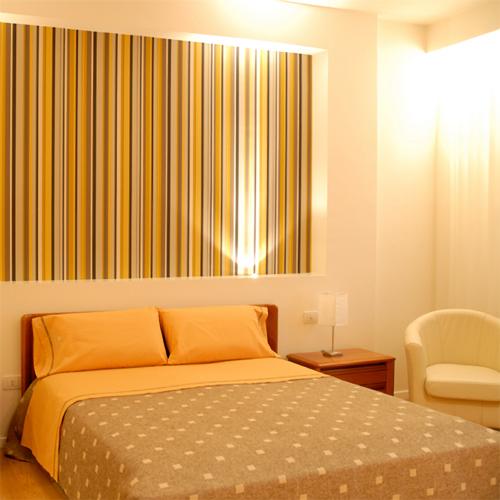 camera-da-letto-parete-righe - Rifare Casa