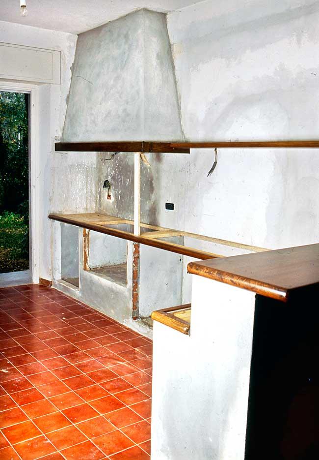 Cucina in muratura su misura come costruire zona cottura piani e cappa - Costruire cappa cucina ...