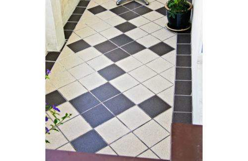 Pavimenti di piastrelle posate in diagonale