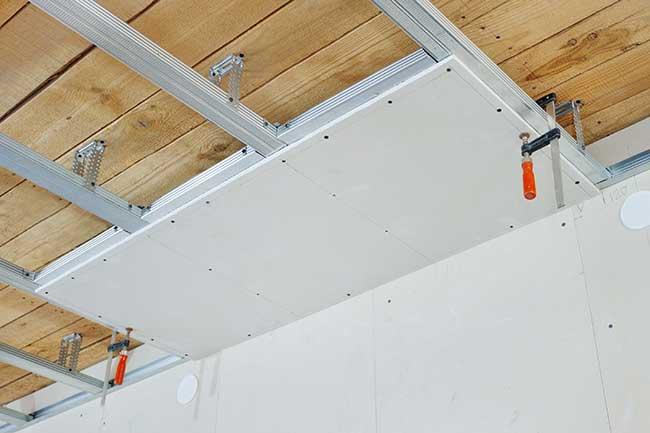 Soffitti in cartongesso con faretti abbassamento su più livelli