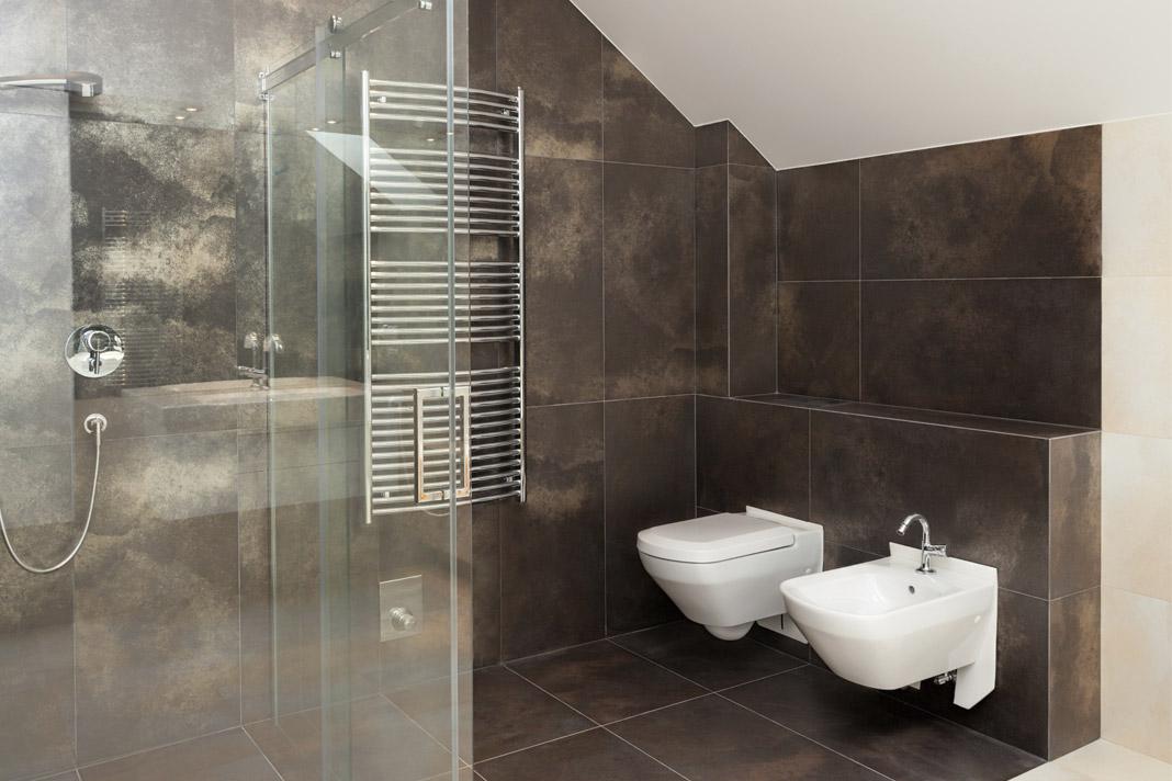 Bagno Con Doccia Walk In : Spaziose stanze da bagno in toni di grigio con pavimenti