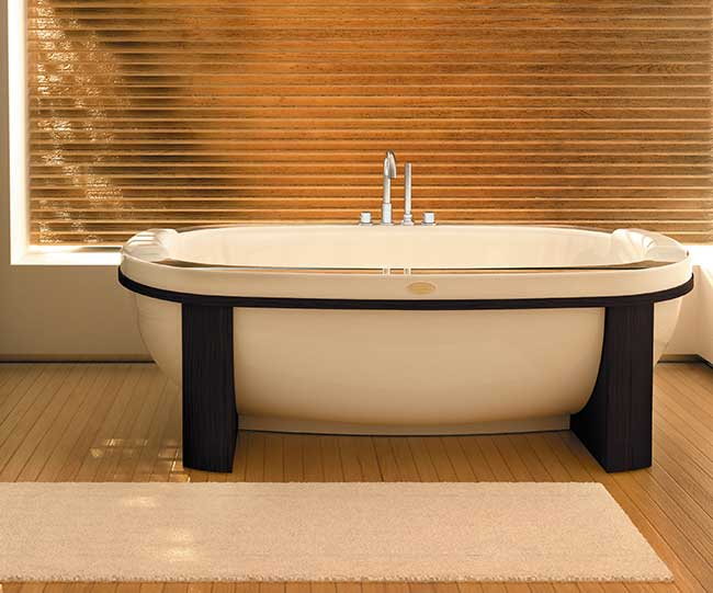 Bagno con vasca freestanding moderna rifare casa - Vasca bagno legno ...